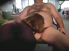 Рыжая зрелая толстуха перед вебкамерой делает домашний минет супругу