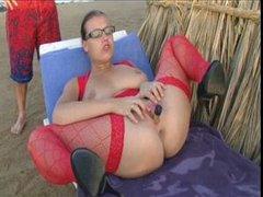 Широкобёдрая леди в чулках балдеет от любительской мастурбации на пляже