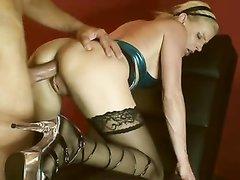 Любовник лижет клитор блондинке в чулках и трахает киску с окончанием в рот