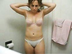 В ванной происходит любительский стриптиз от зрелой леи на вебкамеру