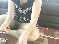 Любительское подглядывание под короткую юбку француженки без трусиков