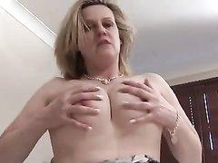 Грудастая зрелая леди в чулках балдеет от любительской мастурбации на кровати