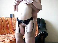 Французская домохозяйка в чулках перед вебкамерой трахается с соседом