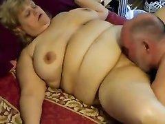 Толстая зрелая блондинка с жирной талией отдалась любовнику сделавшему куни