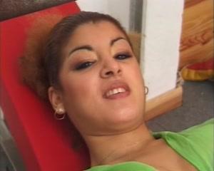 Крупный план домашней мастурбации волосатой киски рыжей француженки