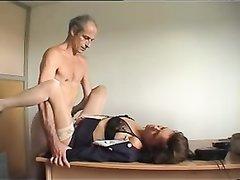 Нежная зрелая француженка после домашнего минета трахается в киску на столе