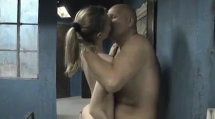 Зрелый ловелас на свидании трахает молодую любовницу и жену блондинку