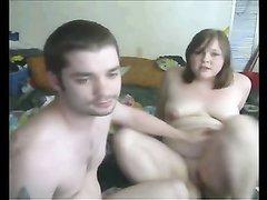Толстуха перед вебкамерой жёстко трахнута в постели ненасытным любовником