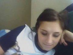 Молодая кокетка перед вебкамерой обнажает киску с попой и упругие сиськи