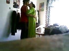 Подглядывание за зрелой домохозяйкой отдавшейся молодому поклоннику