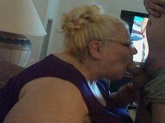 Зрелая и толстая блондинка отдалась любовнику возле вебкамеры после минета