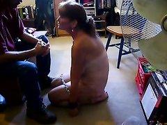 Зрелая и покорная развратница с большими сиськами в домашней сцене с БДСМ