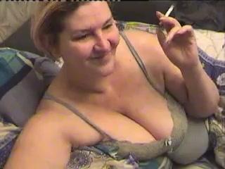 Рыжая зрелая толстуха с большими сиськами по вебкамере показывает волосатую щель