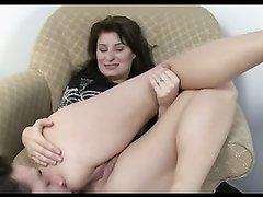 Женское доминирование с молодым любовником лижущим попу зрелой госпожи