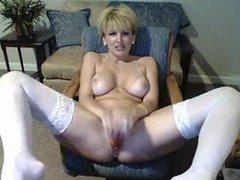 Зрелая грудастая блондинка в чулках наслаждается домашней мастурбацией