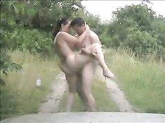 Подглядывание любительского секса русской парочки трахающейся на лесной дороге