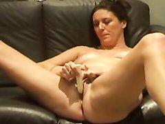Одинокая зрелая домохозяйка приобрела секс игрушку для мастурбации киски
