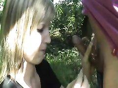Ласковая блондинка на природе сделала минет любовнику для окончания на лицо