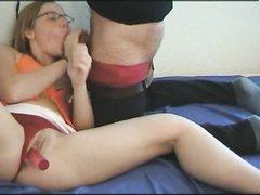 Домохозяйка мастурбирует киску фаллосом и сосёт член для окончания в рот