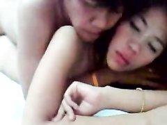 Страстная азиатка в постели наслаждается любительским сексом на карачках