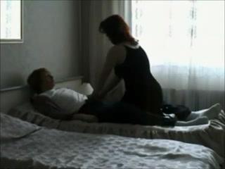 Скрытая камера снимает зрелую домохозяйку трахающуюся с молодым парнем