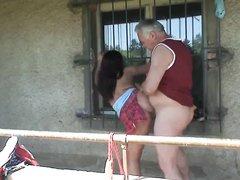 Зрелый толстяк после любительского минета трахает грудастую молодую красотку