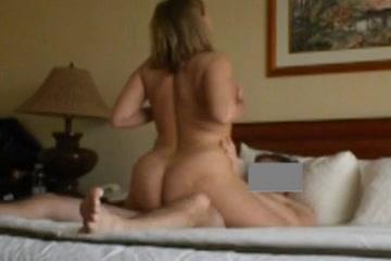Скрытая камера снимает домашний секс зрелой женщины с молодым поклонником