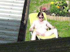 Любительское подглядывание за грудастой зрелой дамой загорающей голой