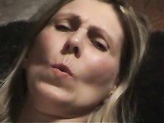 Возбуждённая зрелая дама с волосатой щелью предалась любительской мастурбации
