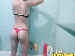 Любительское подглядывание за молодой и стройной девушкой купающейся в ванной