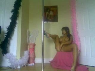 Длинноногая молодая красотка с большими сиськами по вебкамере показывает дырки
