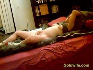 Молодая девушка наслаждается домашней мастурбацией перед скрытой камерой