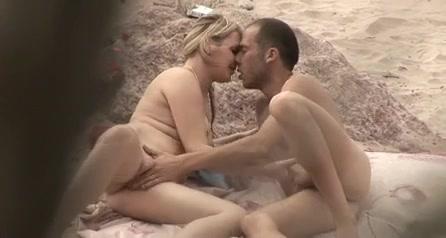 Подглядывание за обнажённой блондинкой делающей минет любовнику на пляже