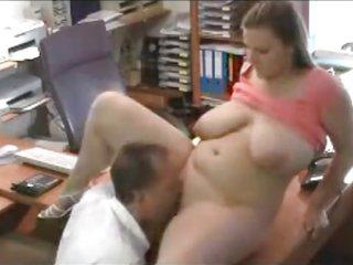 Латинская толстуха с большими сиськами занялась домашним сексом со зрелым шефом