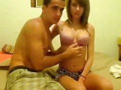 Возбуждающий домашний секс с молодой моделью перед вебкамерой в постели