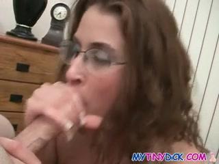 Горячая любовница в очках дрочит и сосёт член партнёра для окончания на лицо