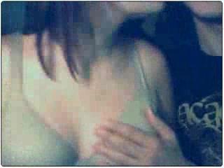 Молодая жена в присутствии мужа по домашней вебкамере показывает сиськи