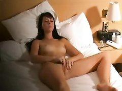 Домашняя мастурбация красотки с маленькими сиськами перед скрытой камерой