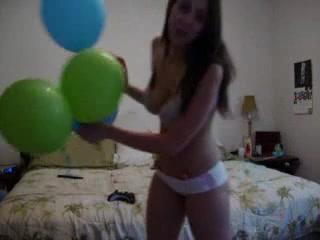 Эротический танец молодой девушки с большими сиськами перед вебкамерой