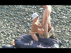 Оральный секс молодых русских людей на общественном пляже