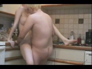 Женатая пара блондинов трахаются стоя на кухне