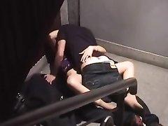 Подглядывание за страстной молодой парой трахающейся на ступеньках