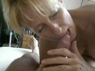 Зрелая блондинка очень умело сосет член