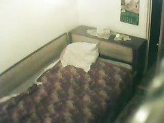 Несколько студентов отымели по очереди одну проститутку и сняли на скрытую камеру