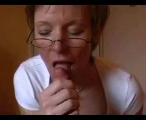 Зрелая домохозяйка в чулках сосёт член от первого лица и мастурбирует киску