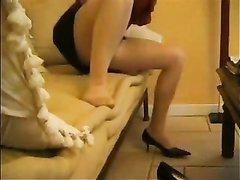Скрытая камера снимает домашнюю мастурбацию зрелой развратницы на диване