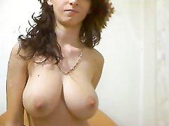 Роскошная домохозяйка с большими сиськами перед вебкамерой сосёт и дрочит член