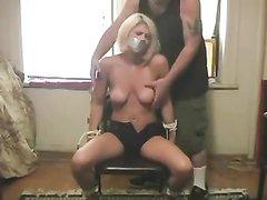 Любительский БДСМ со связанной блондинкой обнажившей упругие сиськи
