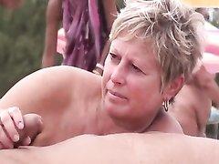 Голые зрелые туристки в сборнике крупным планом дрочат члены на нудистском пляже