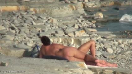 Любительское подглядывание на нудистском пляже за упитанной зрелой туристкой